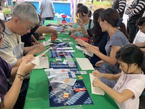 活動當天有42個攤位,民眾可以體驗藍染等課程。圖片來源:勞動部勞動力發展署桃竹苗分署提供