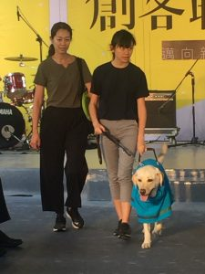 主辦單位邀請視障人士牽著導盲犬走秀。圖:羅佑純攝